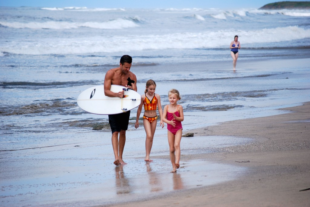 Surfingfamilyonbeach_2